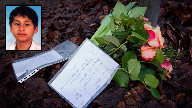 Bloemen en brieven op de plaats waar het lichaam van Anass (inzet) werd gevonden