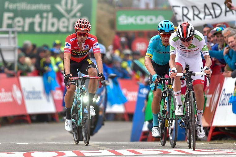 Tadej Pogacar (r) klopt in de zestiende etappe van de Vuelta Miguel Ángel López en Primoz Roglic (l). Beeld AFP