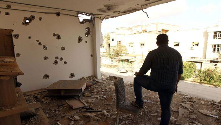 Archieffoto: een man neemt de schade op in de Libische hoofdstad Benghazi na zware gevechten tegen Islamitische Staat.
