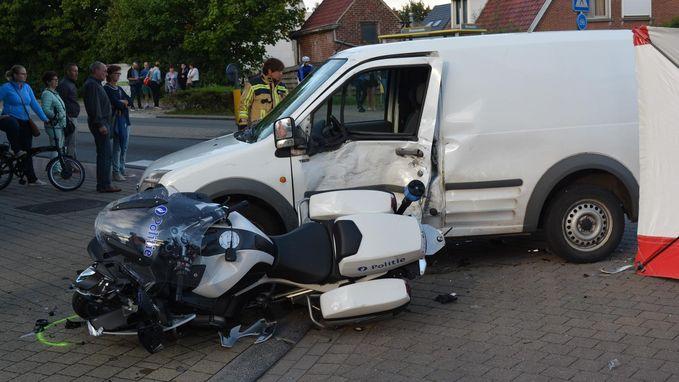 Agent op motor zwaargewond na knal tegen wagen tijdens wielerkoers