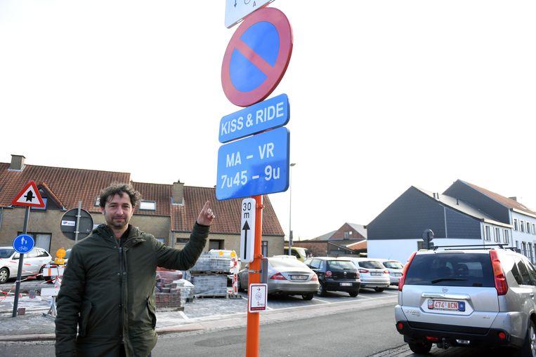Directeur Kim Geens aan de Kiss&Ride aan de schoolpoort