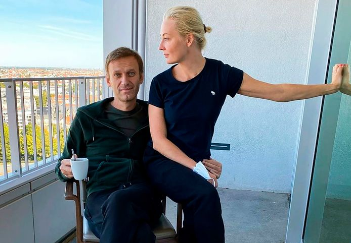 Navalny en zijn echtgenote op het balkon van het Charité-ziekenuhis te Berlijn. (21/09/2020)