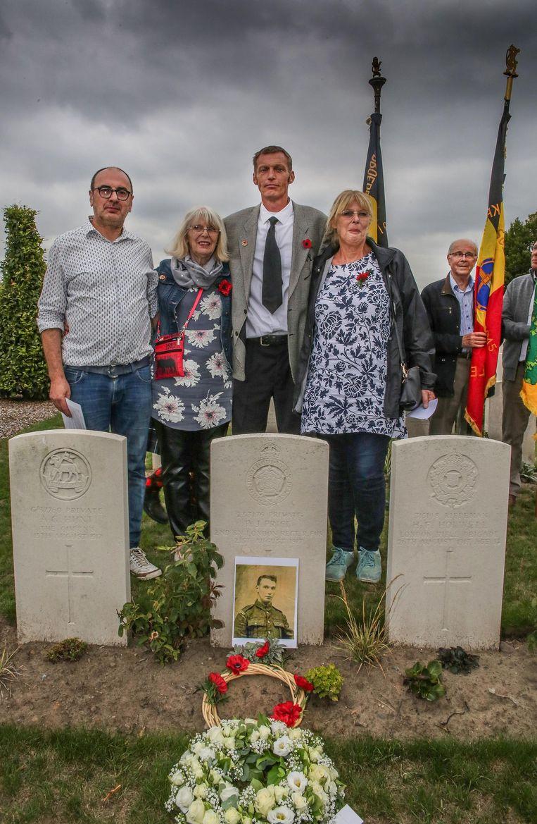 Van links naar rechts zien we Bart Seynaeve (heemkundige kring De Meiboom) met de nabestaanden van Richard Price: Lesley Lilley , Philip Lilley (midden) en Cheryl Price. Ze staan bij het graf van Richard Price.