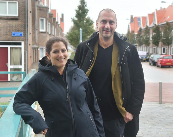 Wijkcoördinator Matthijs Bode, hier met collega Michelle Riemens.