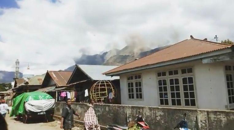 Beelden van een landverschuiving die zou zijn waargenomen in Lombok. Beeld afkomstig van een instagram-video. Beeld  INSTAGRAM / @TAOFIQNGEBLUESS  (VIA REUTERS)