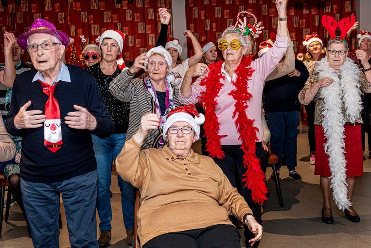 De flashmob door de bewoners van Ter Berken was volledig in kerstsfeer.