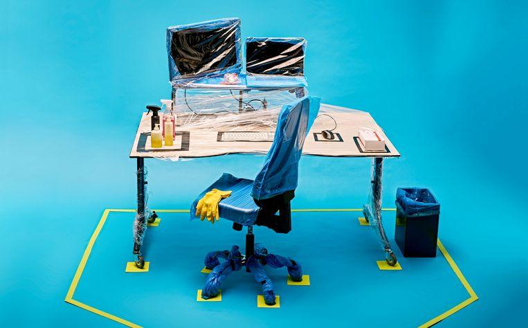 Een in plastic ingepakte werkplek, voorzien van ontsmettingsmiddelen. Beeld Rein Janssen