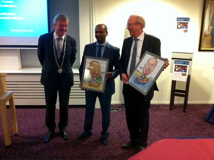 Burgemeester Naterop overhandigde Shah Sheikkariem en Dick Prosman een karikatuur.