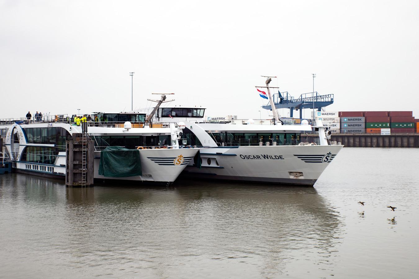 In de haven van Nijmegen wordt woensdagmiddag de vracht van het gehavende schip Edelweiss overgeladen naar de Oscar Wilde. Die vervoert de 160 passagiers verder richting het westen.
