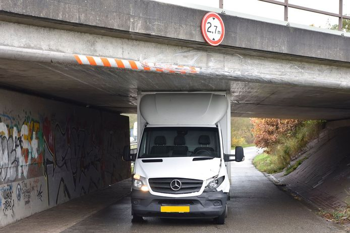 Het busje, klem onder het viaduct