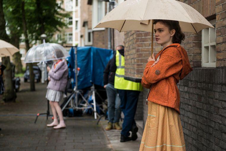 Josephine Arendsen (links) en Carmen van Zantwijk, op de set van Mijn beste vriendin Anne Frank.    Beeld Eva Faché