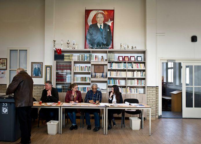 Een inwoner van Nijmegen brengt in 2017 zijn stem voor de Tweede Kamerverkiezingen uit in het Turks Cultureel Centrum aan de Citroenvlinderstraat. Dat doet hij onder toeziend oog van Alparslan Turkes, de oprichter van de Turks-nationalistische MHP-partij.