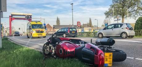 Motorrijder naar het ziekenhuis na botsing met fietser in Beek en Donk