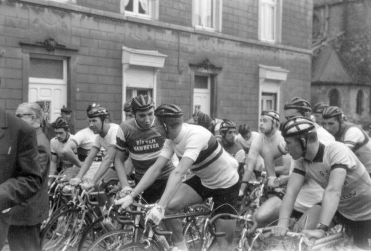 Een beeld uit de jaren '60. Eddy Merckx aan de start van de Paasprijs aan de kerk in Hekelgem.