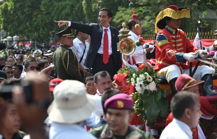 President Joko Widodo tijdens de tour in de open koets. Beeld null