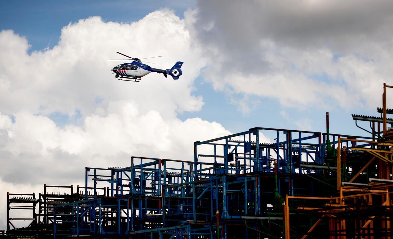 Politiehelikopter boven Bunschoten. Beeld null