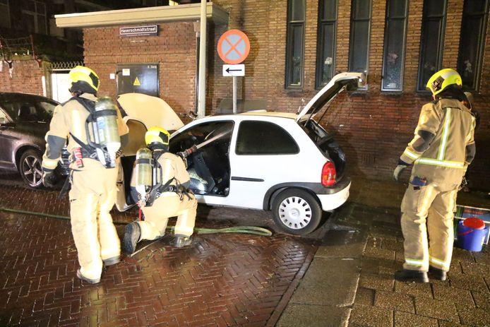 De auto in de Haverschmidtstraat werd als laatste vannacht in brand gestoken.