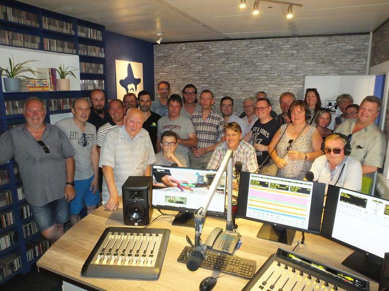 De vrijwilligers van radio Tequila in hun gloednieuwe live studio.