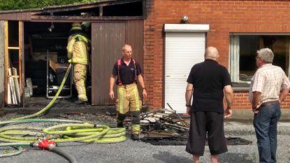 Brand richt zware schade aan in bijgebouw, woning gevrijwaard