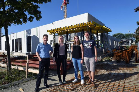 Schepen Dirk Vansina, Tessa Verbrugge, Hanne Geleyns en Ruben Geleyns van jeugdhuis Lavado aan de werf van Sportoase.