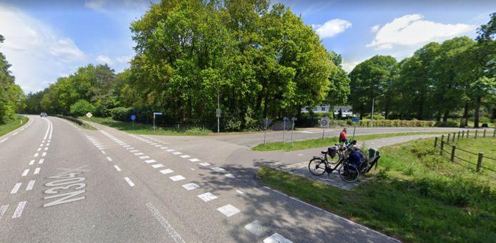 De kruising van de Hoenderloseweg (rechts) en de Apeldoornseweg bij Otterlo.