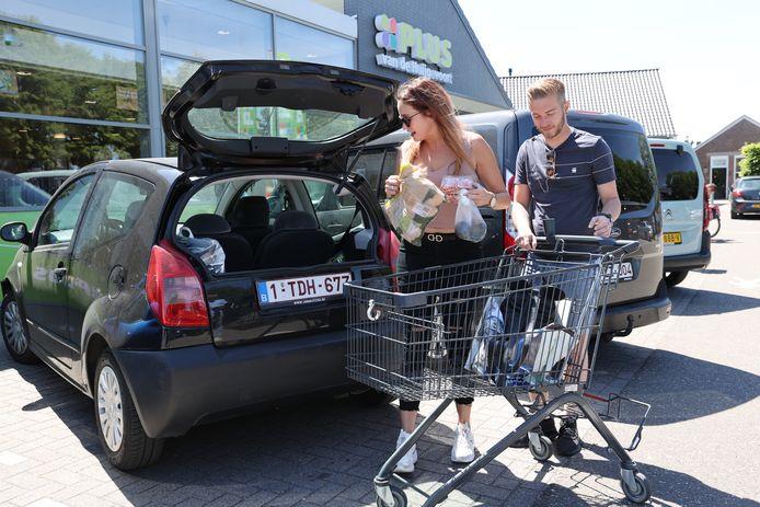 Dana Wolfframm en Kenny Cornelis uit Lommel laden hun boodschappen in bij de Plus supermarkt in Luyksgestel.