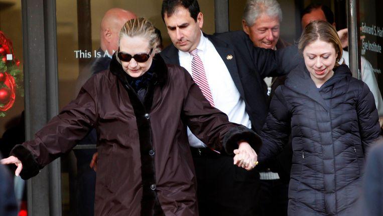 Hillary Clinton met dochter Chelsea en echtgenoot Bill vorige week in het New York Presbyterian Hospital, waar ze was opgenomen vanwege een bloedpropje dat na een hersenschudding was achtergebleven. Beeld REUTERS