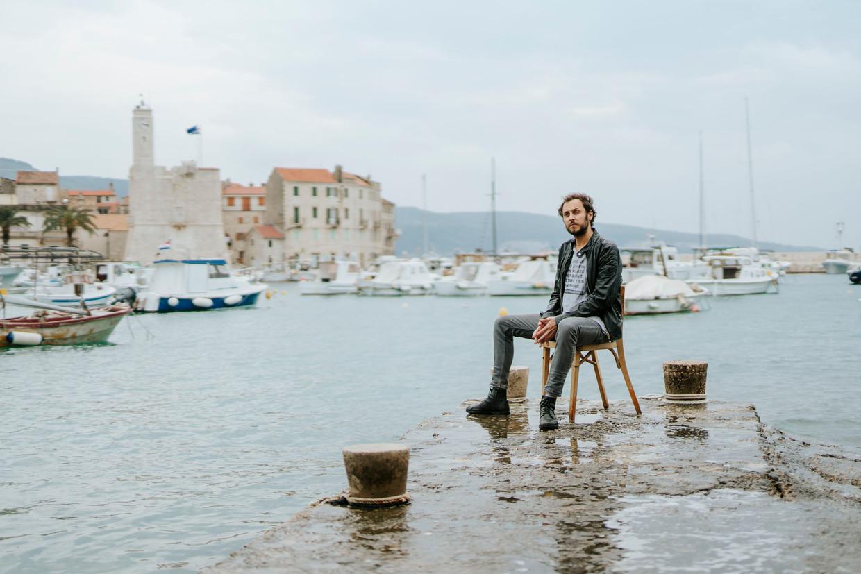 Srecko Horvat in op het Kroatische eiland Vis. Beeld Guardian / eyevine