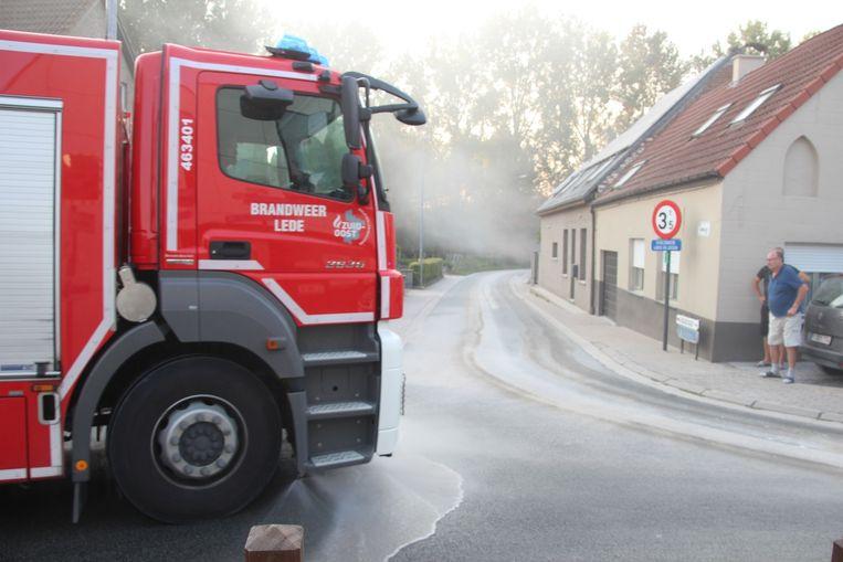 Pas na het ruimen met de veegmachine werd de tankwagen van de brandweer ingezet.