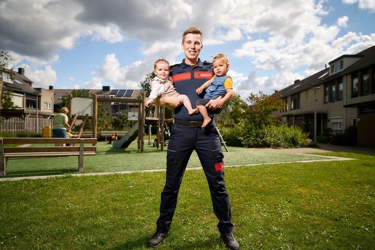 Ivar van Winden werkt in de kinderopvang en is daarnaast ook nog lid van de vrijwillige brandweer in Den Hoorn. Beeld Phil Nijhuis