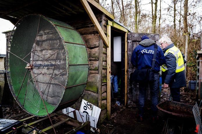 De politie deed eind 2018 een inval aan de Burgemeester Kremerweg in Bodegraven. Daar werden hanen getraind voor gevechten. Twee verdachten die daarmee volgens justitie geld verdienden moeten voor de rechter komen.