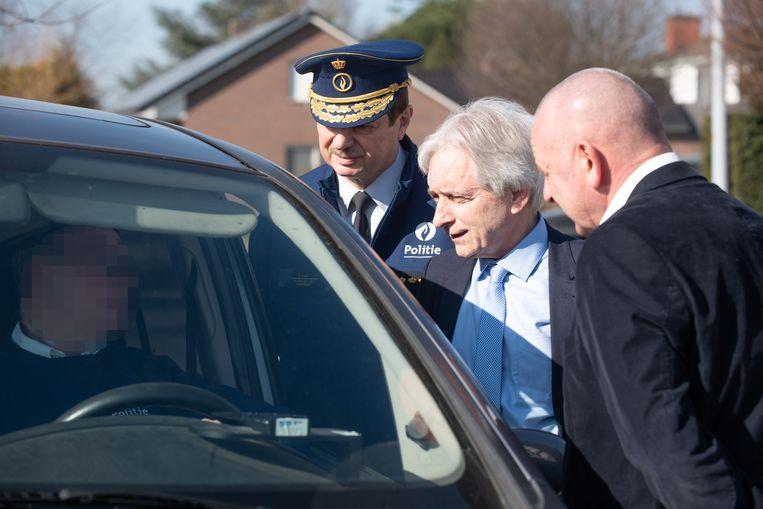 Waarnemende provinciegouverneur Didier Detollenaere omringd door politiechef Pascal Maes en burgemeester Denis Dierick bij de anonieme flitswagen.
