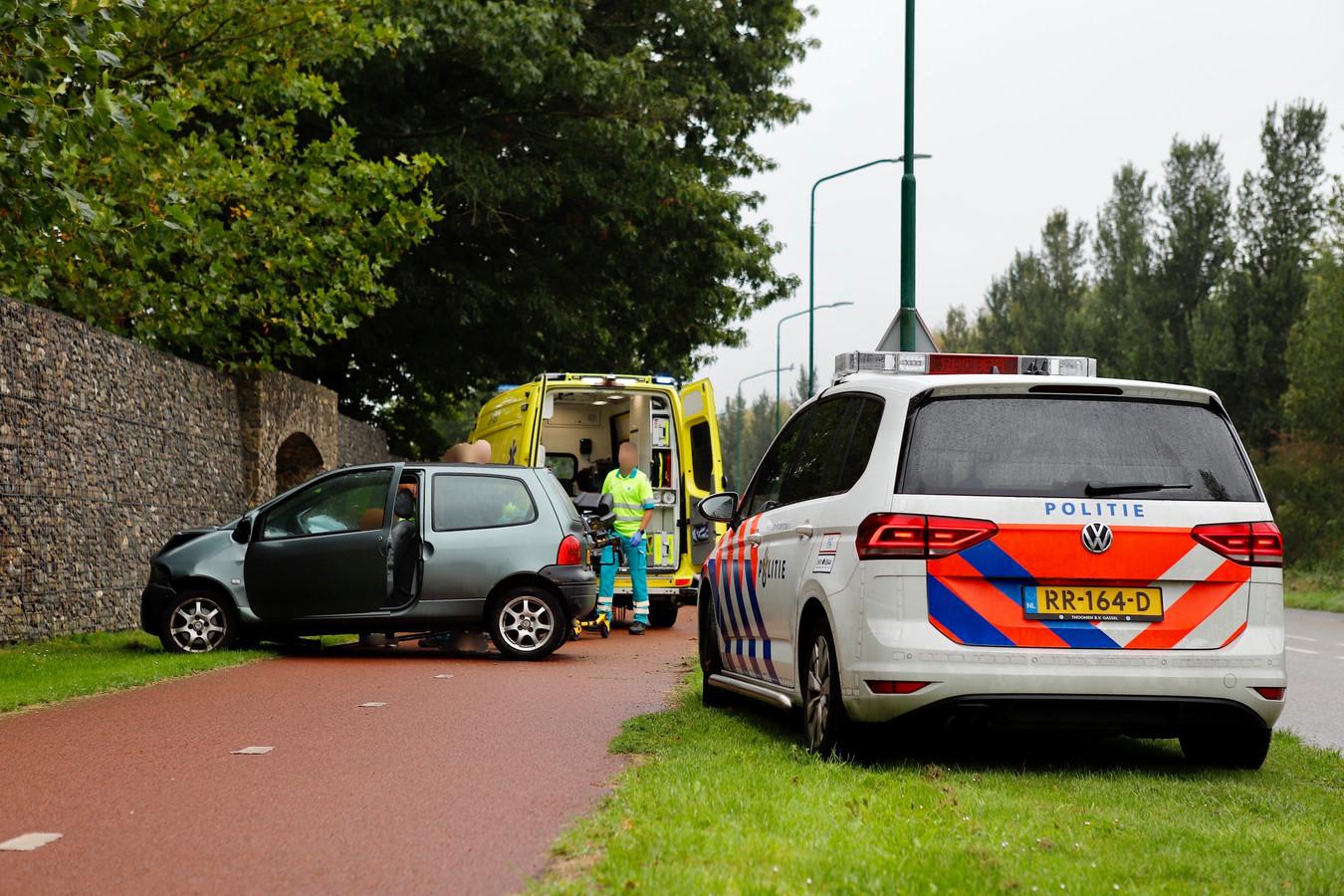 Op de Van Galenweg in Cuijk vloog een auto uit de bocht.