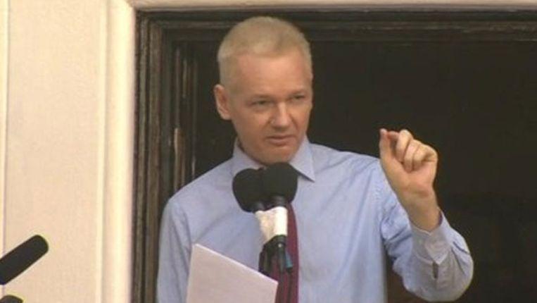 Assange, vanmiddag vanaf het balkon van de ambassade van Ecuador. Beeld BBC