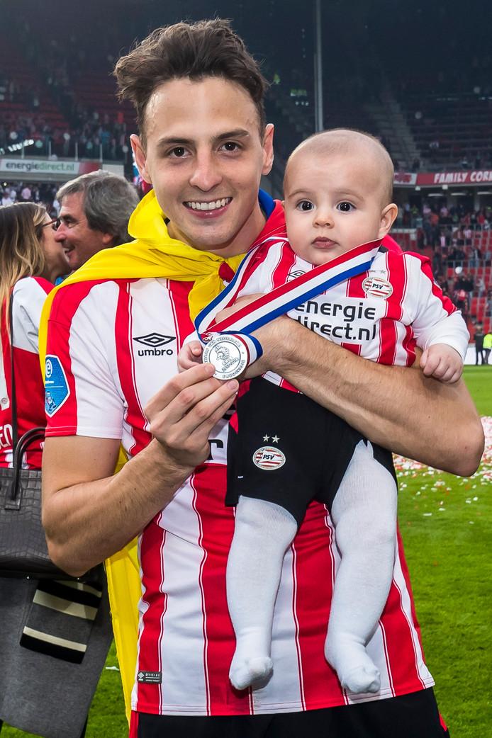 PSV werd kampioen door Ajax drie wedstrijden voor het einde van de competitie te verslaan met 3-0.  Arias beleefde persoonlijk een ijzersterk seizoen en bleek dat seizoen goed voor drie doelpunten en zes assists. Hier viert Arias de titel met zoontje Thiago.