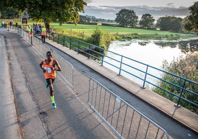 Dit was toch wel hét beeld van de Berkumloop: Hillary Kipkoech in zijn eentje, ver voor de concurrentie. Nummer twee Henk Smalbrugge (Hasselt) kwam 4,5 minuut (!) later over de streep.
