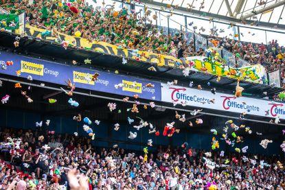 Fans van ADO Den Haag zorgen opnieuw voor prachtige knuffelregen voor zieke kinderen