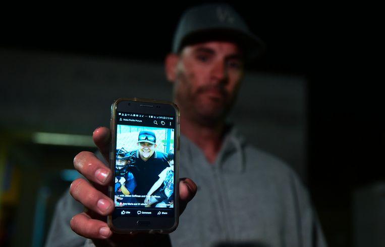 Jason Coffman toont een foto van zijn zoon Cody.