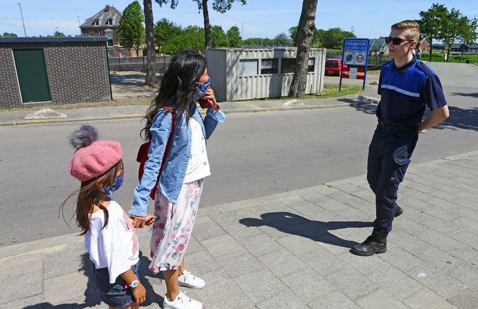 Bezoekers waren duidelijk verrast toen handhavers en politie rond 14.15 uur de weg bij de entree blokkeerden.