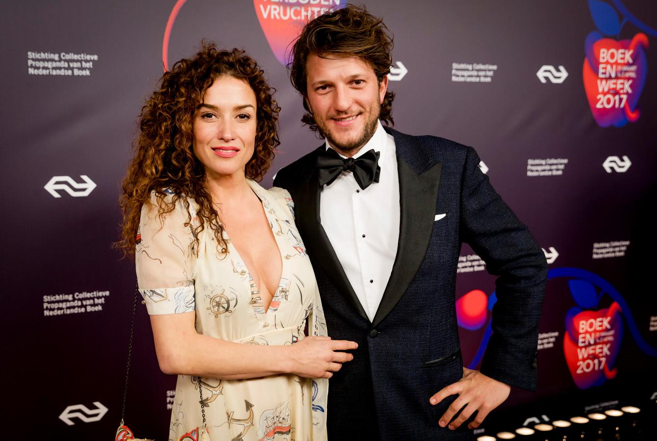 Katja Schuurman met haar vriend op de rode loper tijdens het Boekenbal in Paradiso.