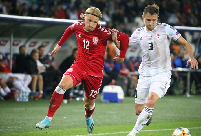 Kasper Dolberg in duel met Jemal Tabidze van Georgië.