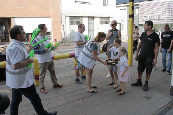 Beweging.net deelde affiches van de Graag Traag-actie en snoep aan de schoolpoort uit.