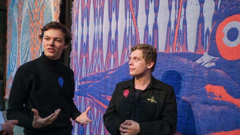 Twee van die kunstenaars zijn Victor Verhelst uit Oostkamp en Thomas Renwart uit Aalter. Zij maakten drie grote wandtapijten, samen het textielbedrijf Verilin uit Heule.