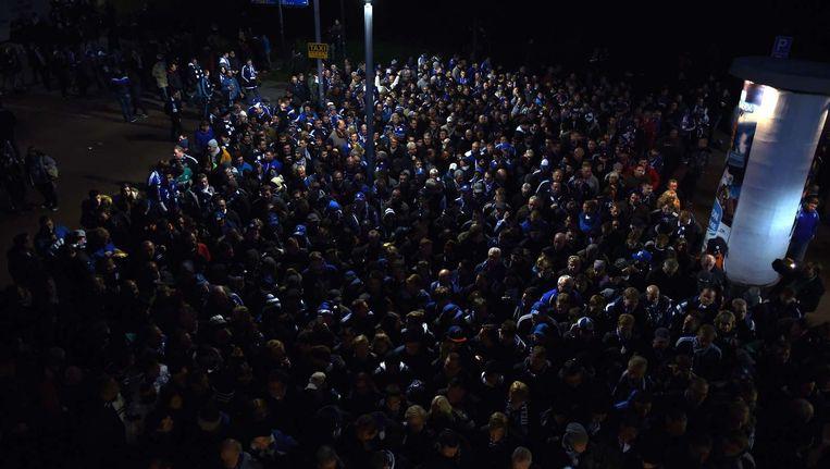 Supporters staan voor de veiligheidscontrole bij de wedstrijd tussen Schalke 04 en Bayern München. Beeld afp