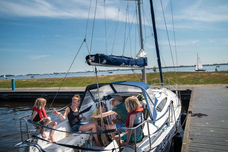 De familie Stuurman in hun gehuurde Delfts blauwe boot. Beeld Reyer Boxem