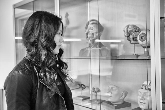 Neurologiestudente Gina Hofman op de universiteit