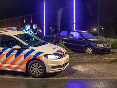 Automobilist in Soest ziet rotonde over het hoofd en ramt rotondebord
