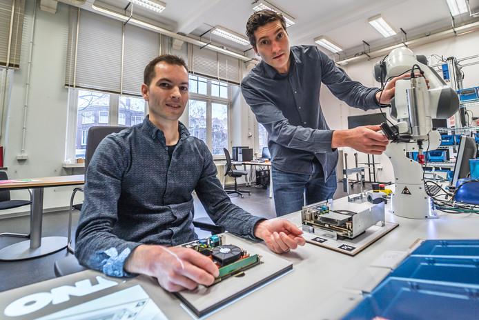 """Studenten van het Robo- House Jeroen van Oosterhout (links) en Jaimy Siebel. ,,Door dit soort robots kunnen ook mensen met een afstand tot de arbeidsmarkt aan het werk."""""""