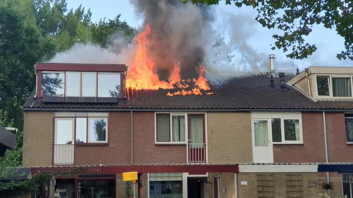 De vlammen komen uit het dak bij de brand in de Tarthorst in Wageningen.