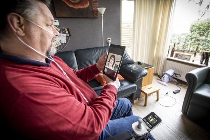René Wubben heeft via de iPad contact met thuiszorghulp Fia Blom van Zorgfederatie Oldenzaal.